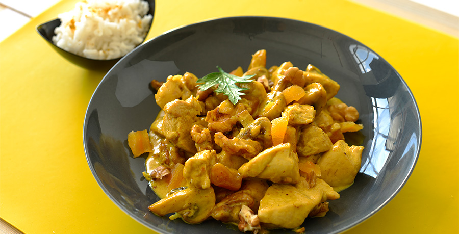 <b>Chicken Curry</b><br/>Firstly slice the onions and garlic, cook  in olive oil,  and season with salt and pepper.