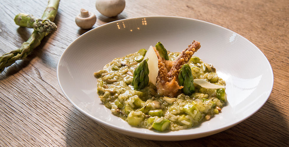 <b>Asparagus & Pesto Risotto</b><br/>Peel the asparagus and set aside in two parts.